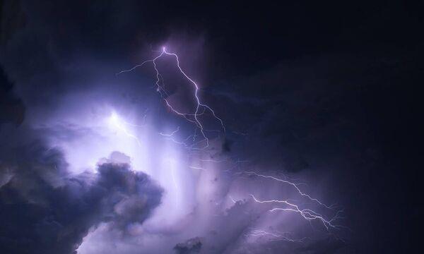 Καιρός – ΕΜΥ: Επιδείνωση με βροχές, καταιγίδες και χιόνια στα ορεινά