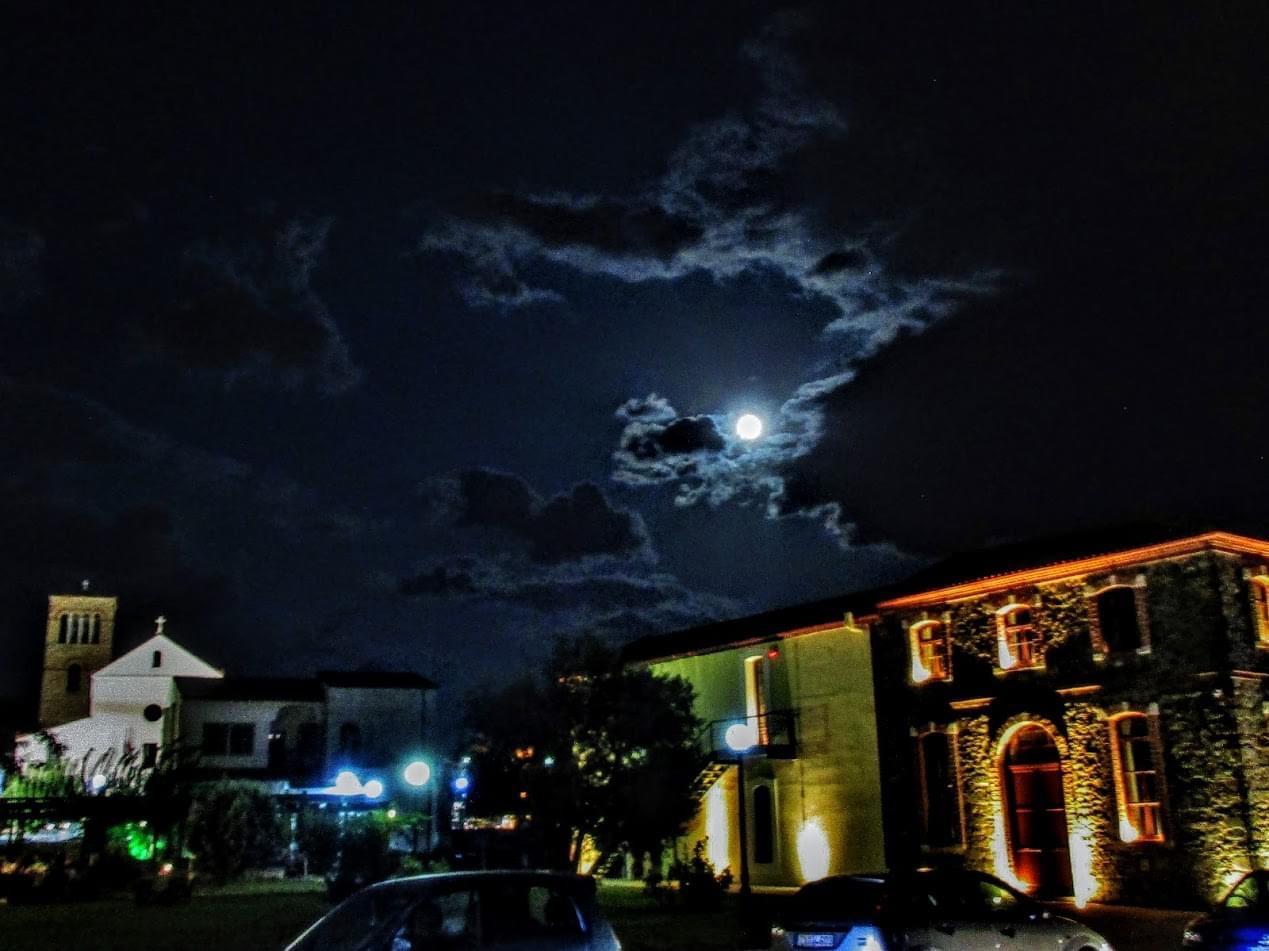 Χαλκίδα: Μια εντυπωσιακή πανσέληνος δεσπόζει στον ουρανό (Εικόνες)