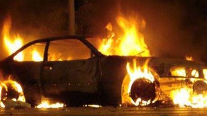 Εύβοια Πράσινο: Καίγεται ΙΧ αυτοκίνητο στο κέντρο του χωριού δίπλα σε σπίτια