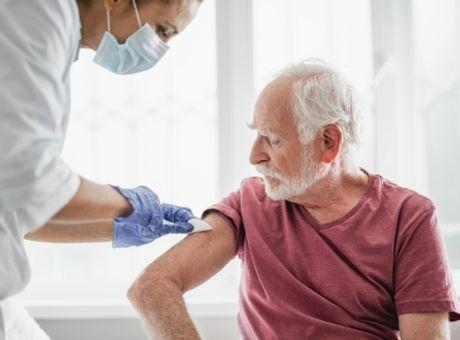 Εμβόλιο κορονοϊού: Ανοίγει σήμερα η πλατφόρμα εμβολιασμού για τους άνω των 85 ετών